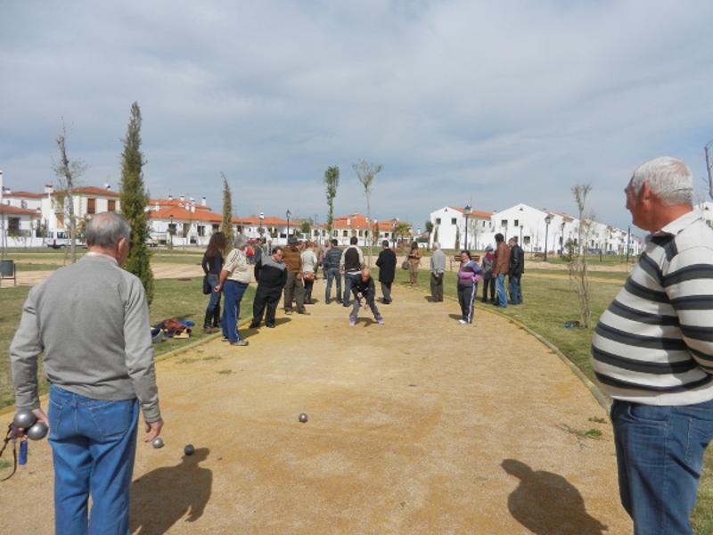 Alrededor de una veintena de usuarios de Aprosuba 14 y el Centro de Mayores participan en el I Torneo de Petanca