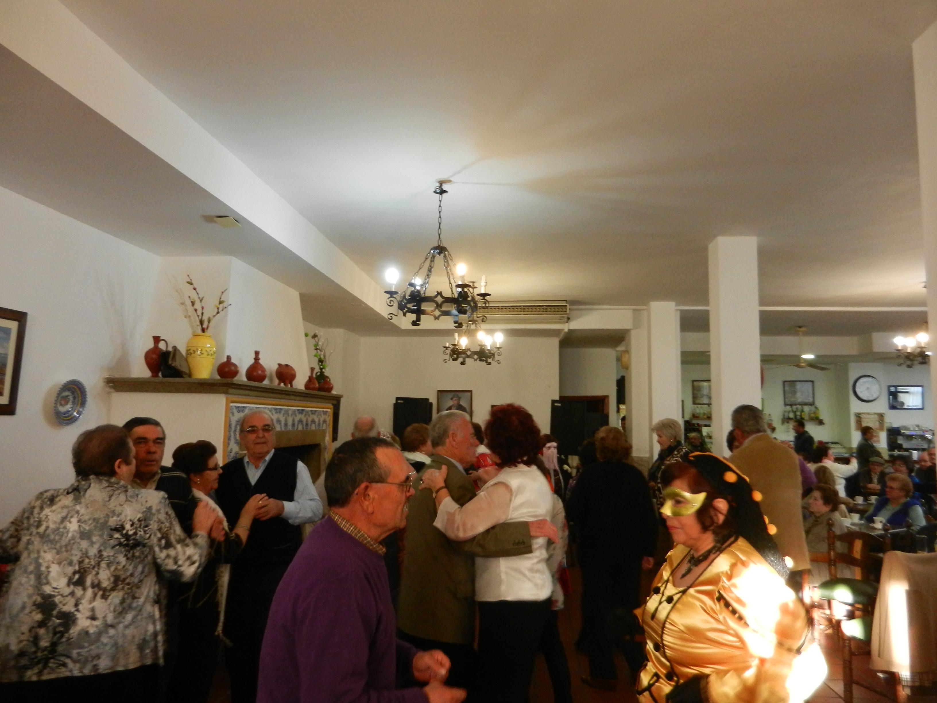 El baile de disfraces del Hogar de Mayores da el pistoletazo de salida al Carnaval 2013