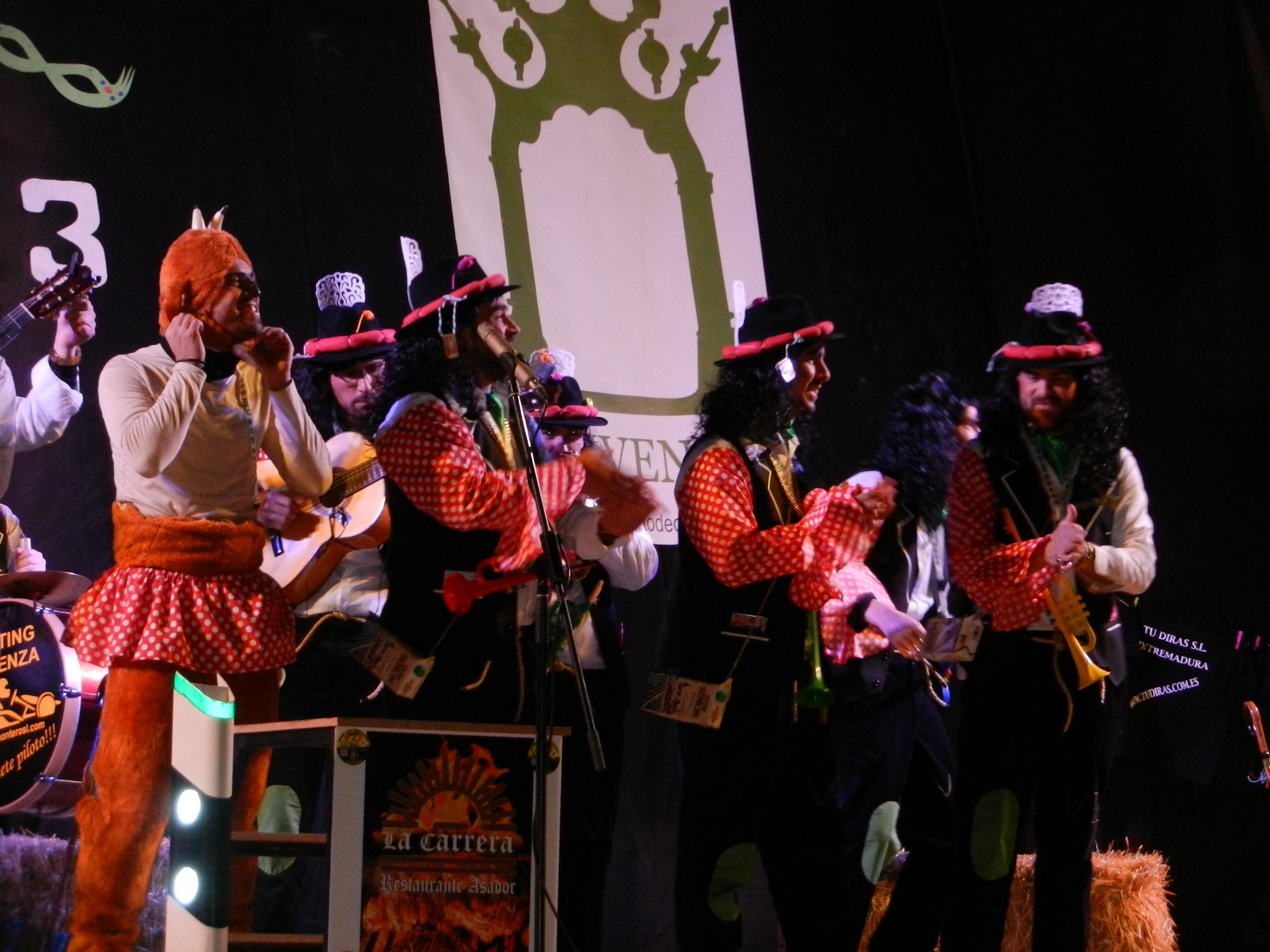 Los sikitrakys pasean a su cabra en carnaval