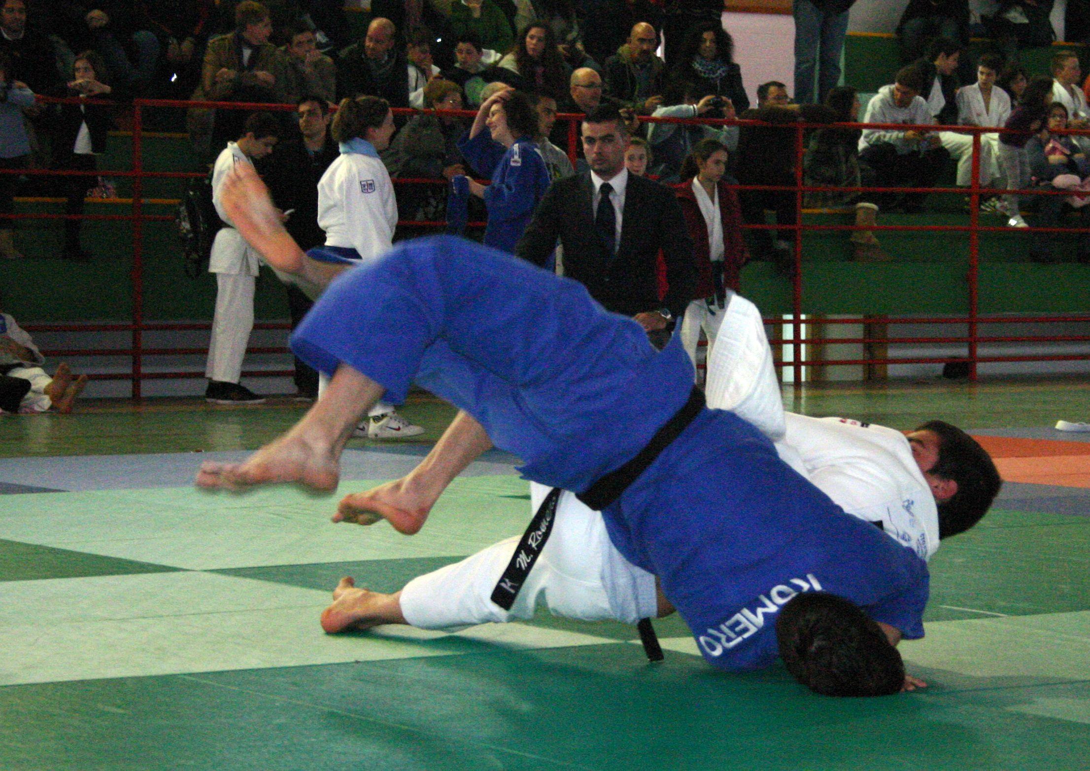 Daniel Santiago (blanco) vence a Antonio García en la categoría de menos de 55 Kg. del Campeonato de Extremadura Junior