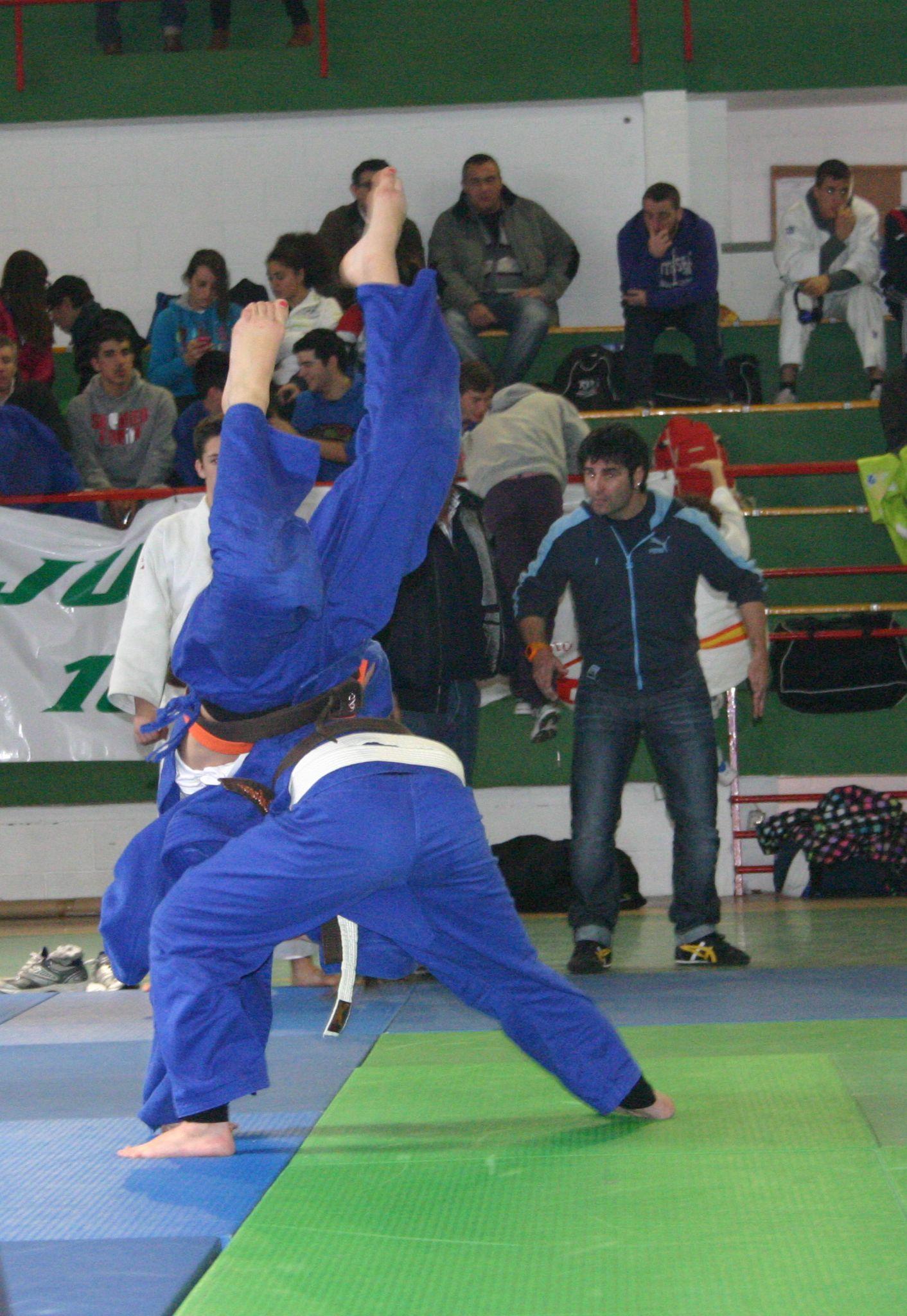Ángeles López (azul) vence a Clara Ramírez en menos de 63 Kg. del Cpto Extr Jun.