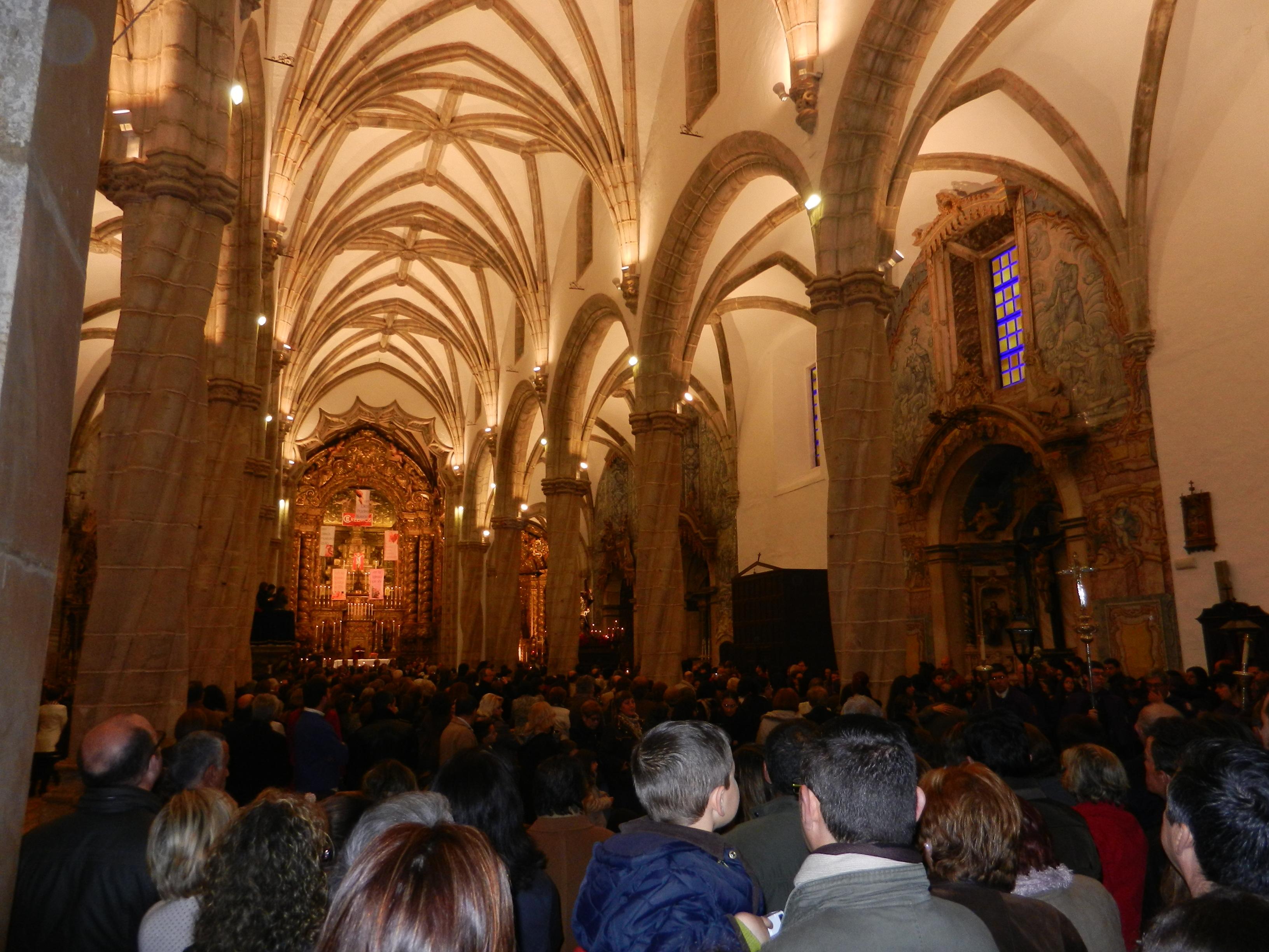 Los fieles se congregan en el interior del templo