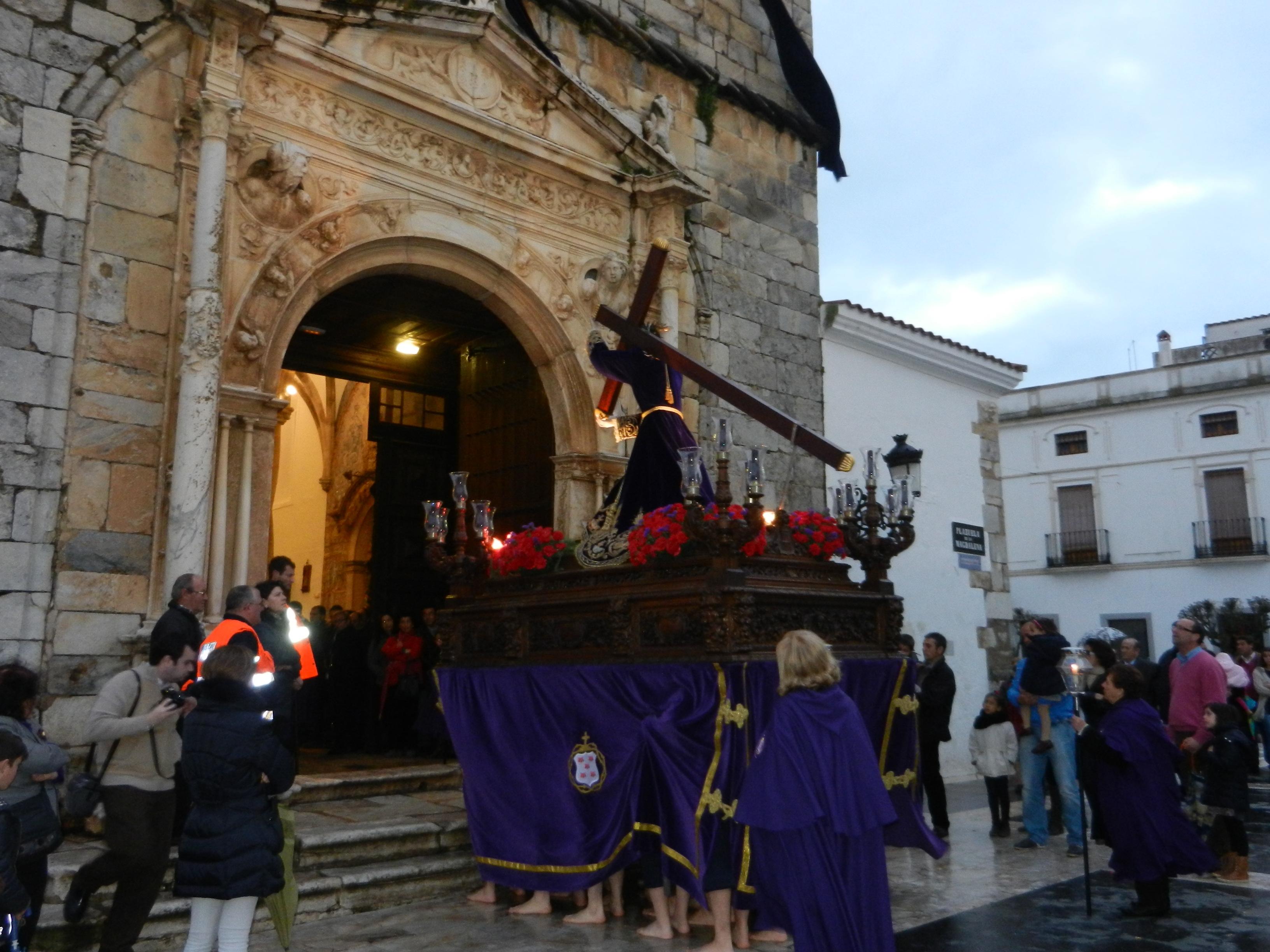 El patrón de Olivenza vuelve al templo para resguardarse de las condiciones climatológicas