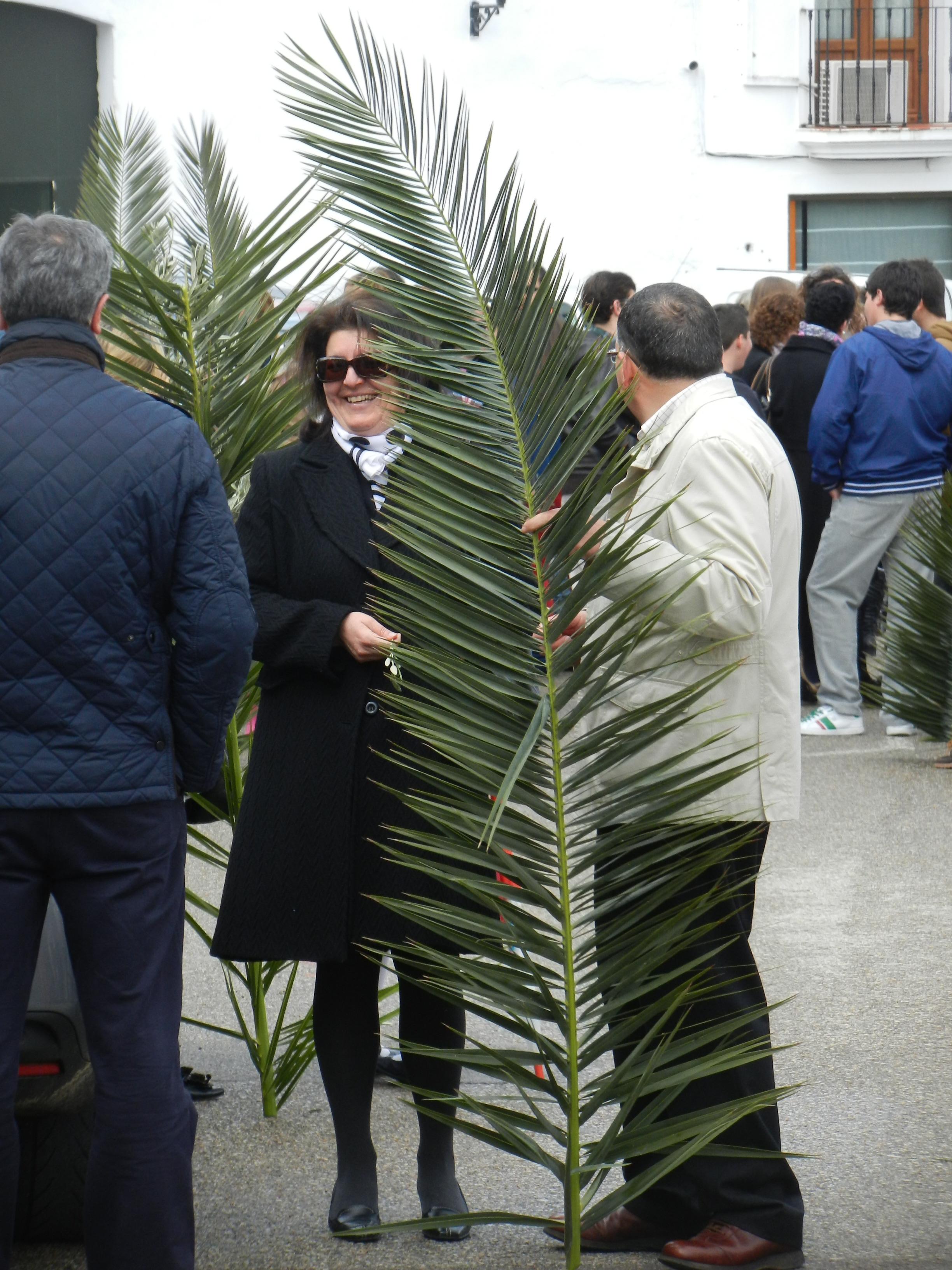 Los fieles esperan la salida de la Borriquita