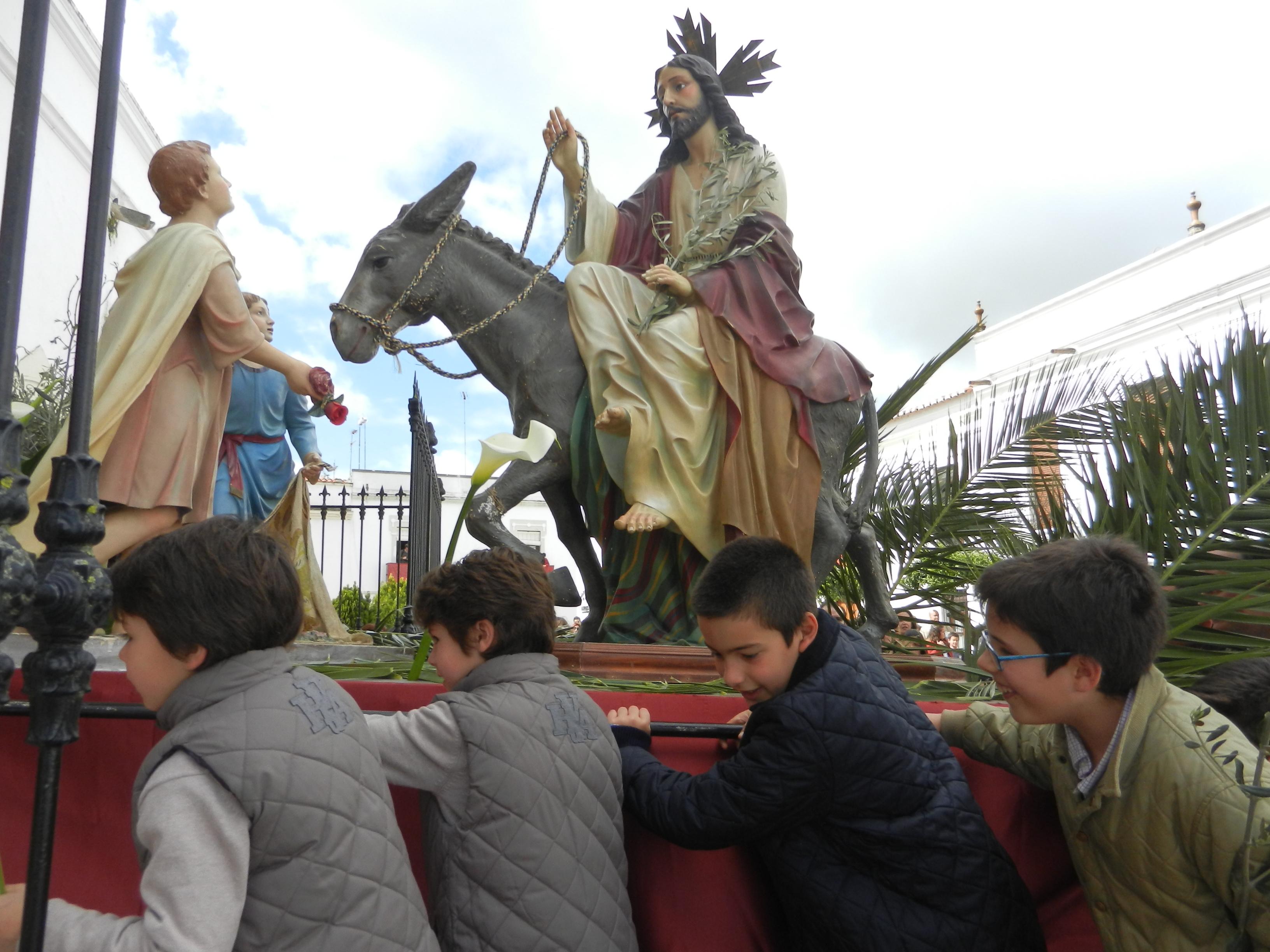 La entrada de Jesús en Jerusalen cruza el templo de Santa María del Castillo