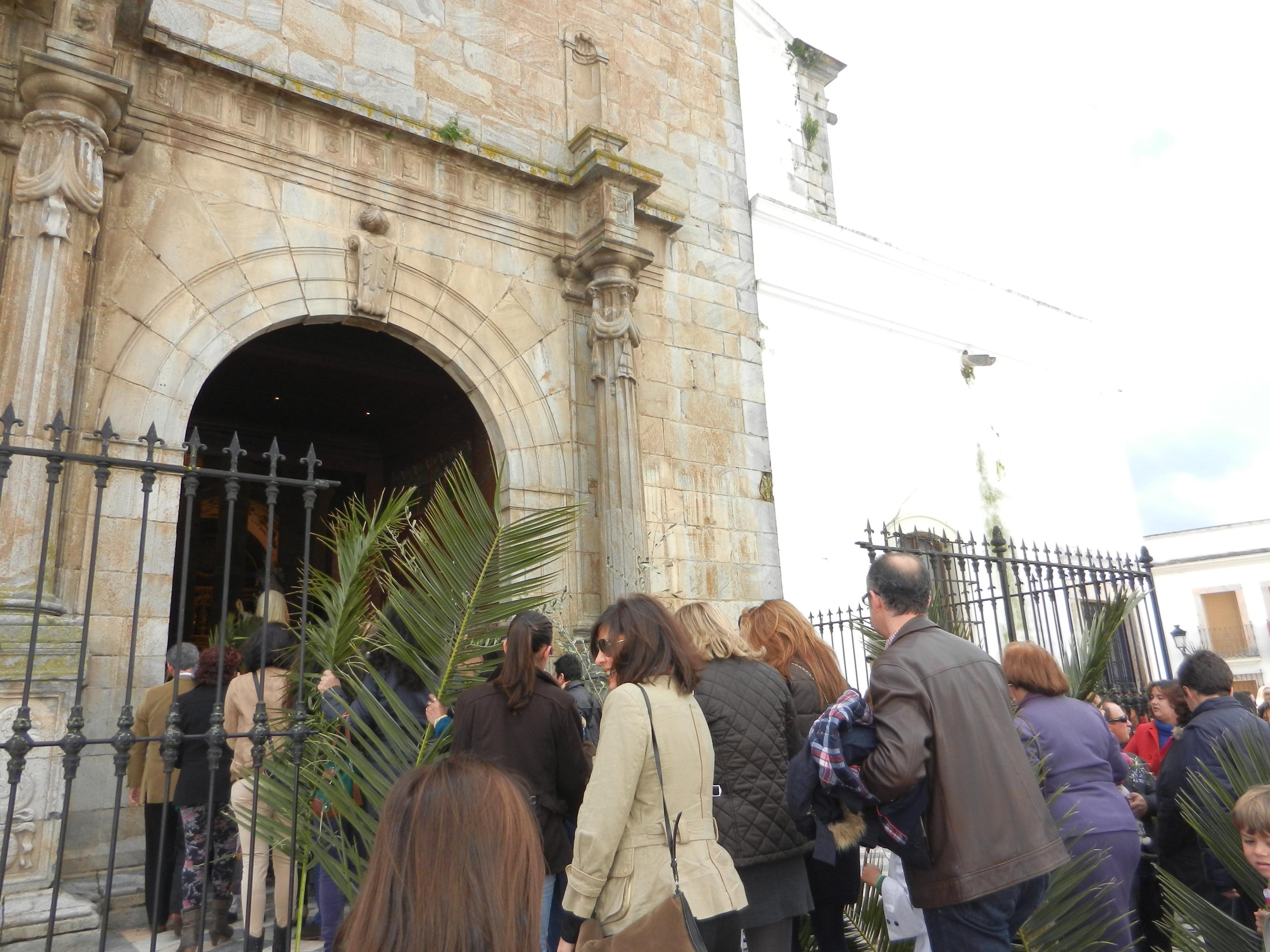 Los fieles entran a la Eucaristía