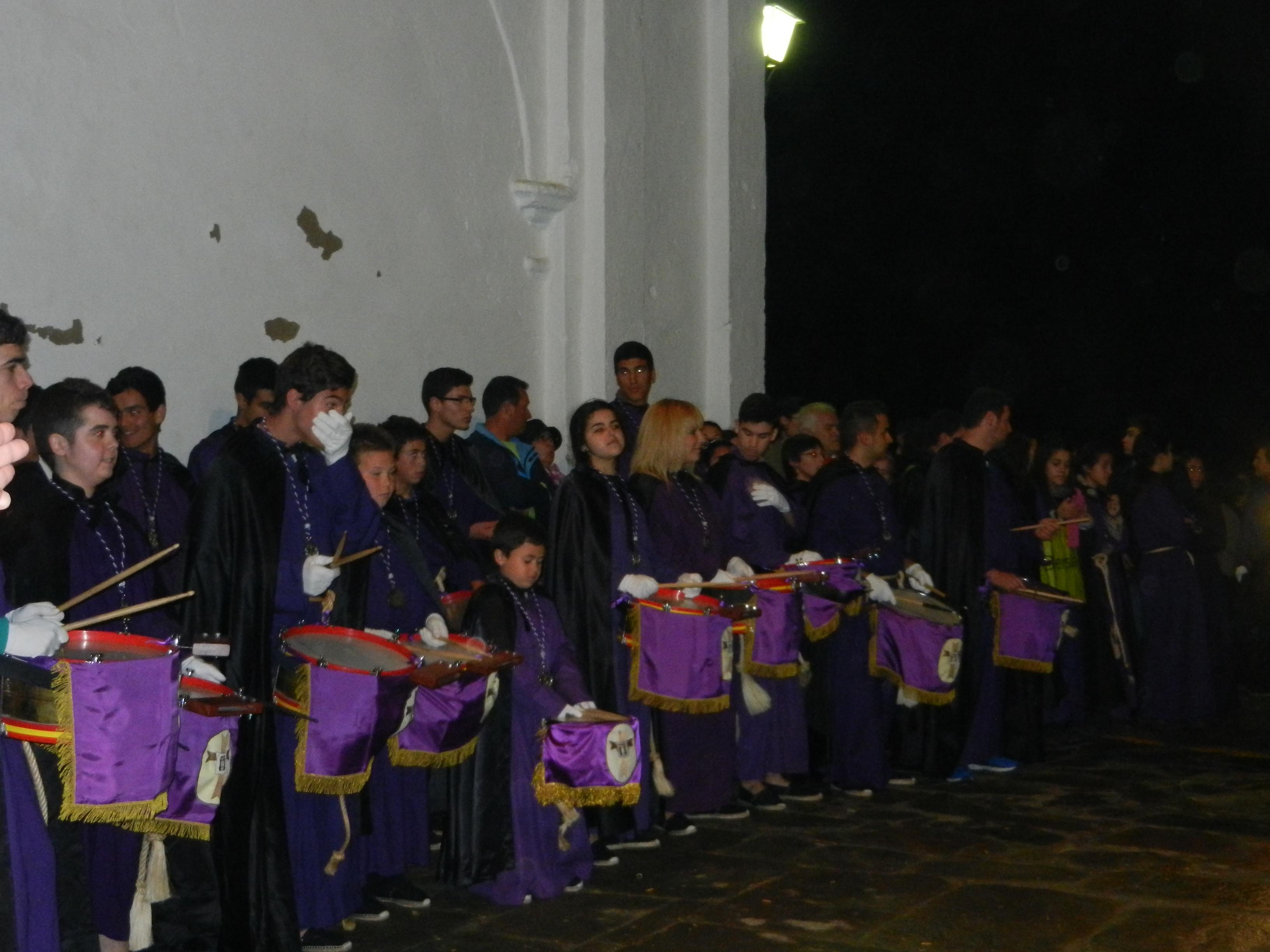 La banda de tambores espera en la puerta del templo
