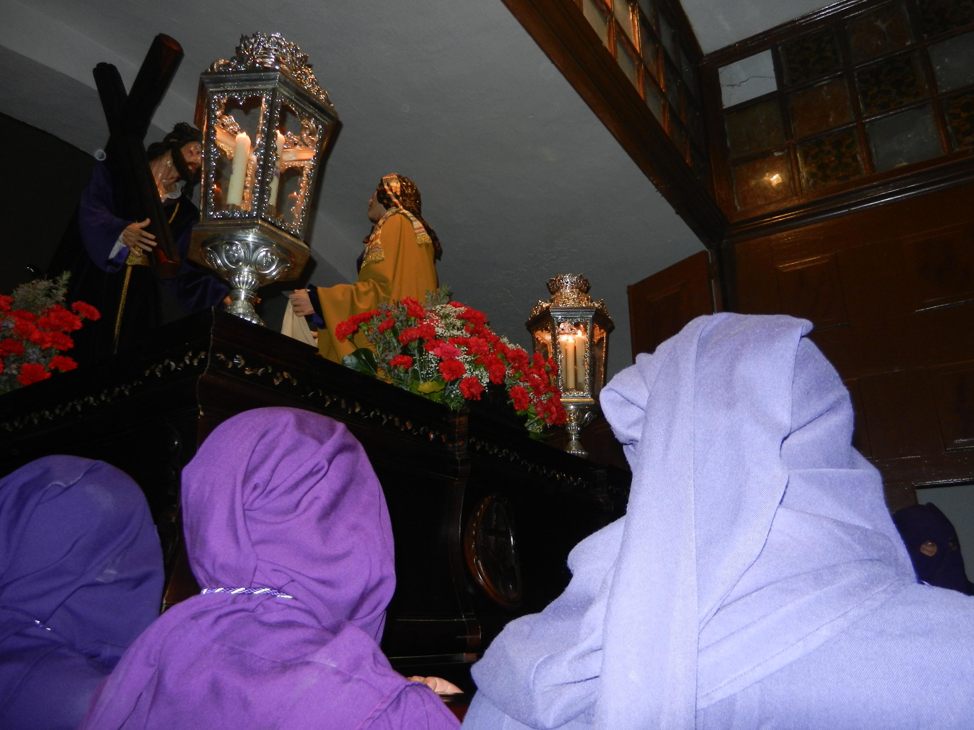 Los costaleros sacan a Jesús Nazareno