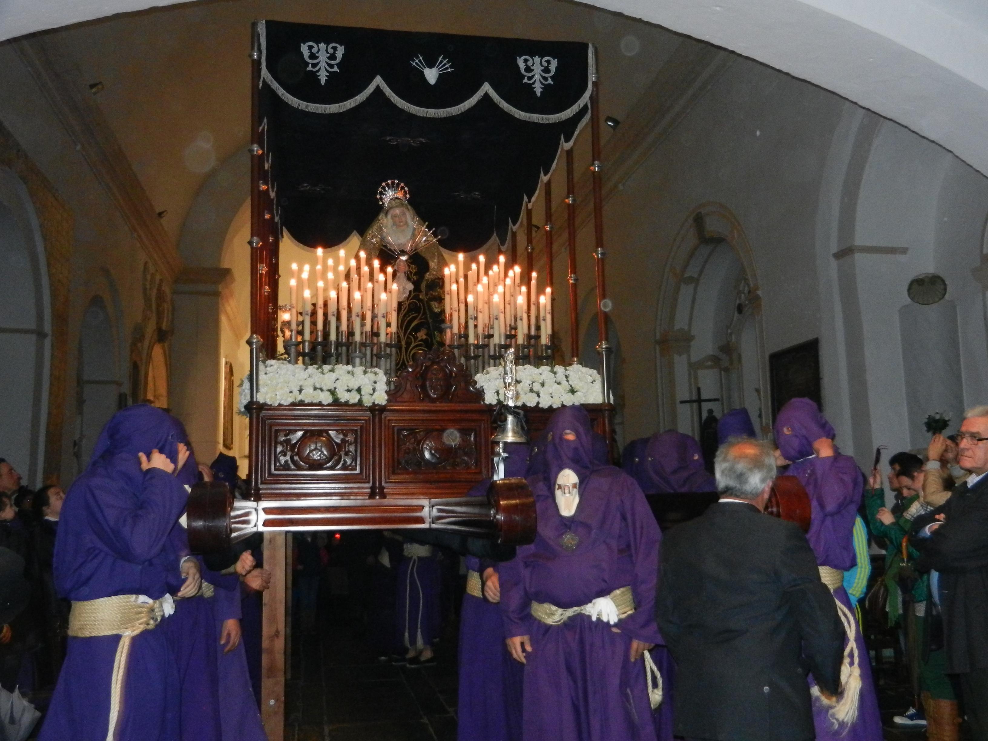 La Santísima Virgen de los Dolores sale del templo