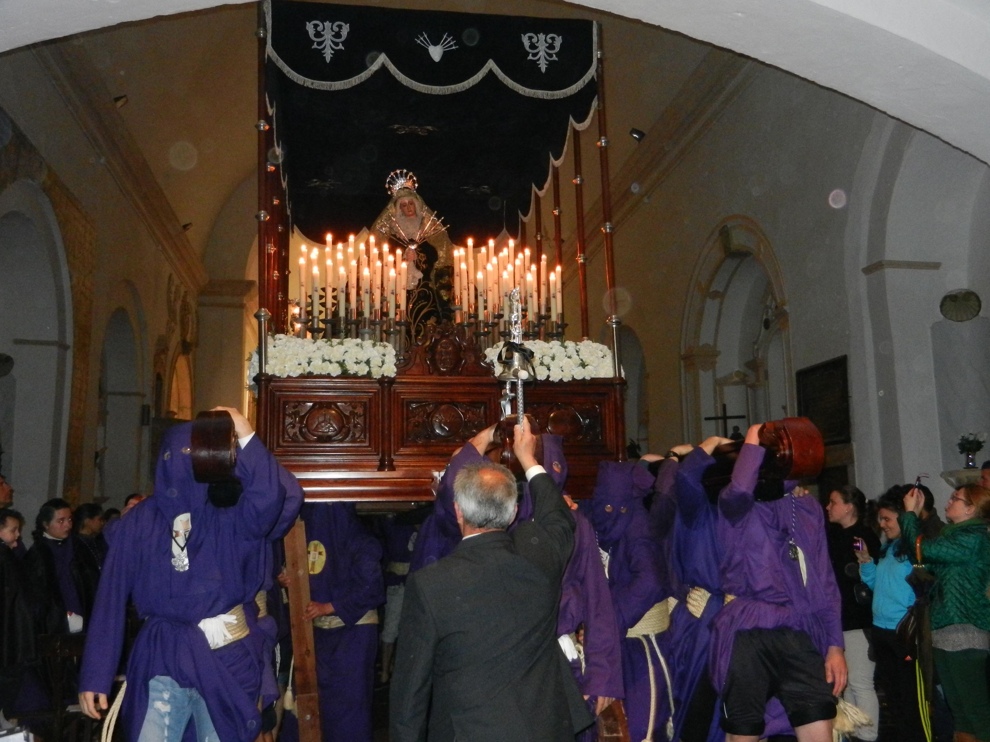 Los costaleros portan a la Virgen de los Dolores