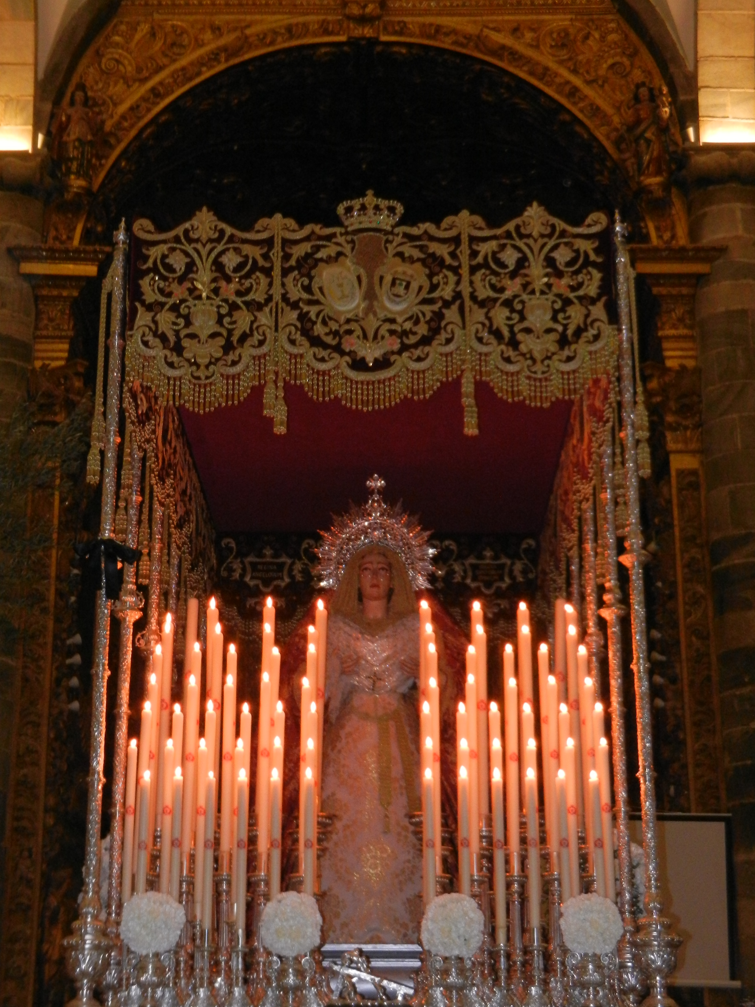 La Virgen de las Angustias luce nuevo traje