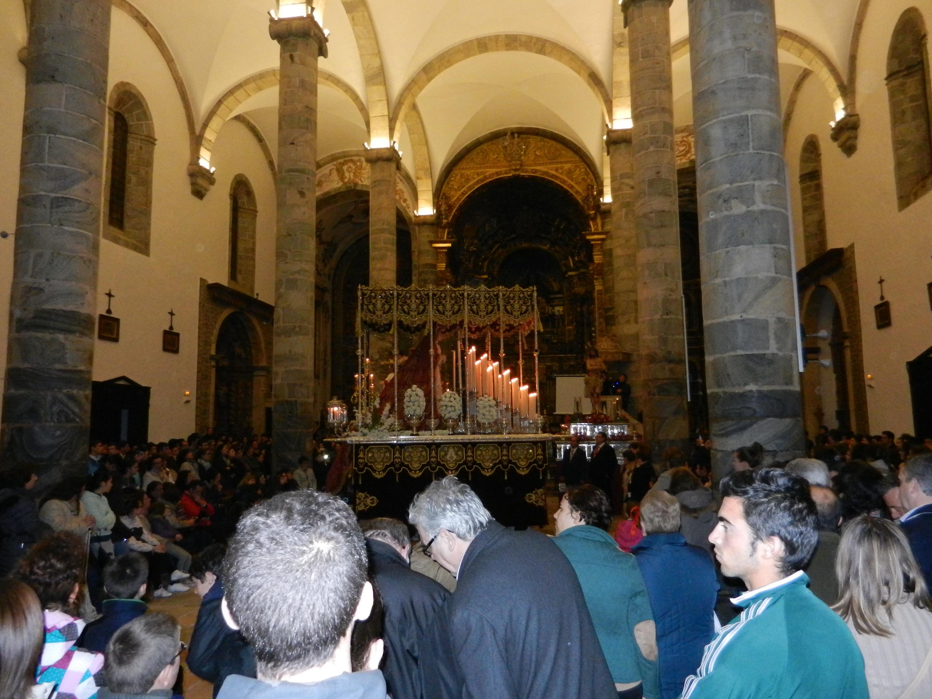 Los fieles se congregan en la iglesia de Santa María del Castillo