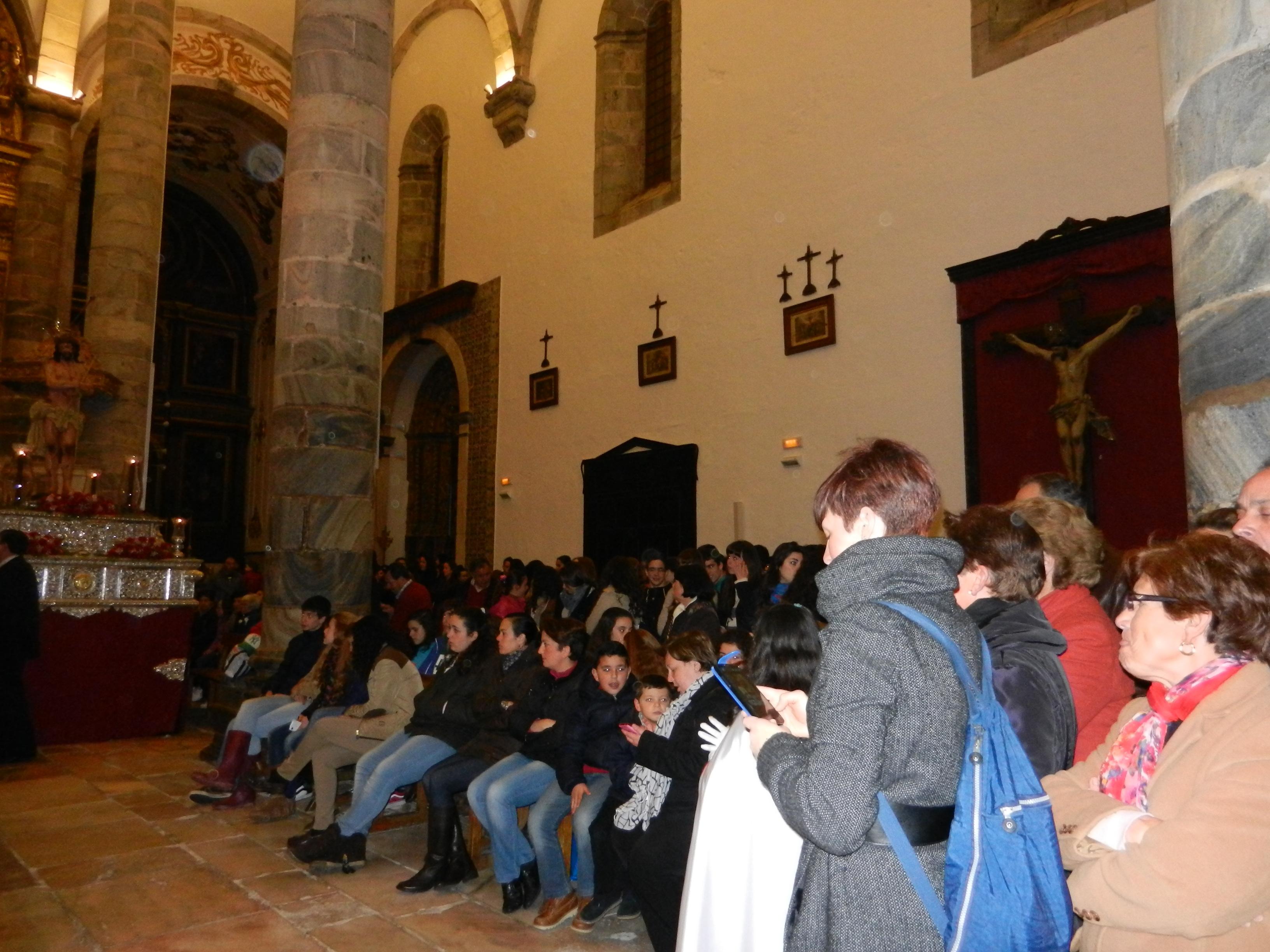 Los devotos se congregan en la iglesia