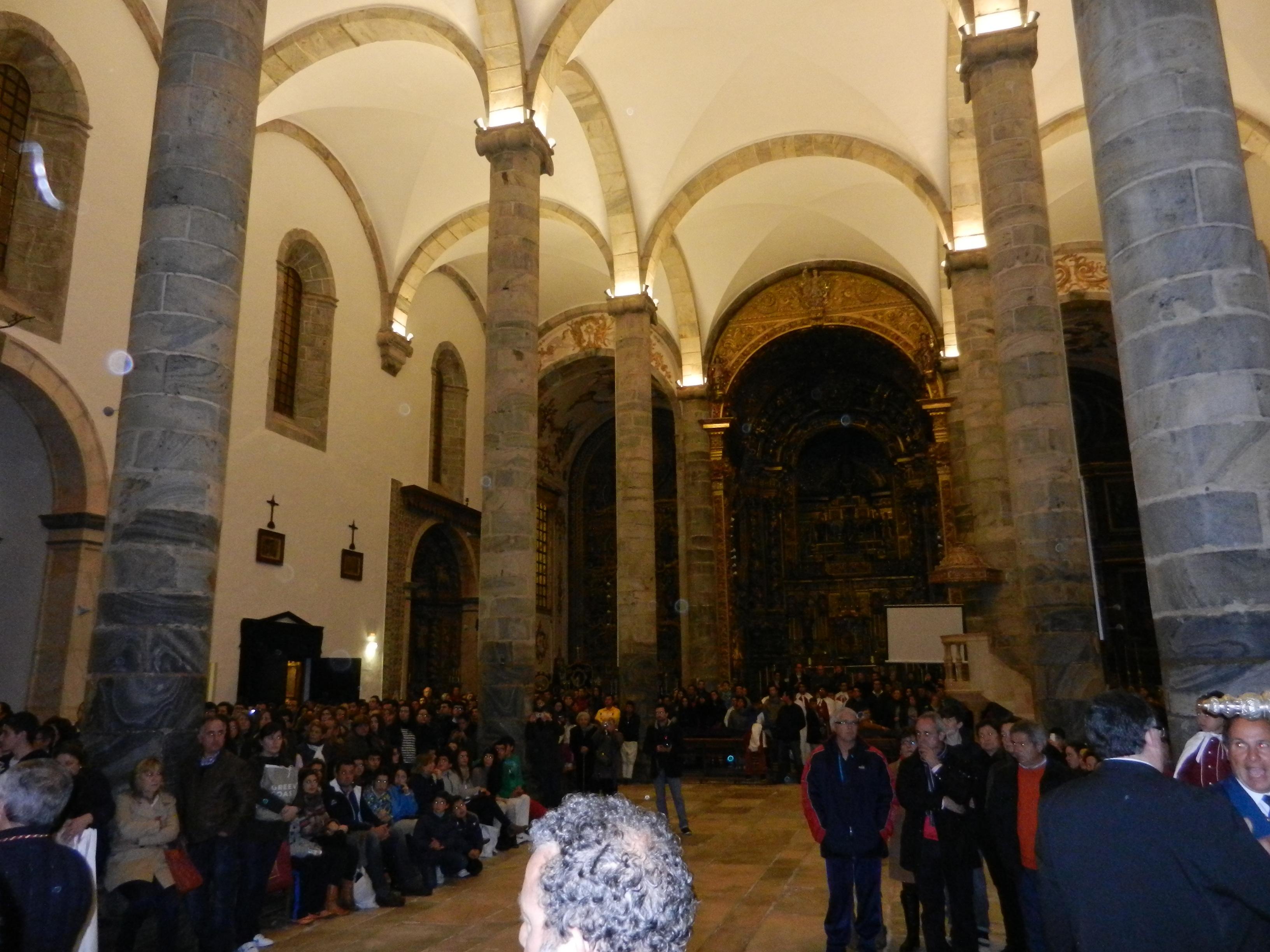 Los fieles llenan la iglesia
