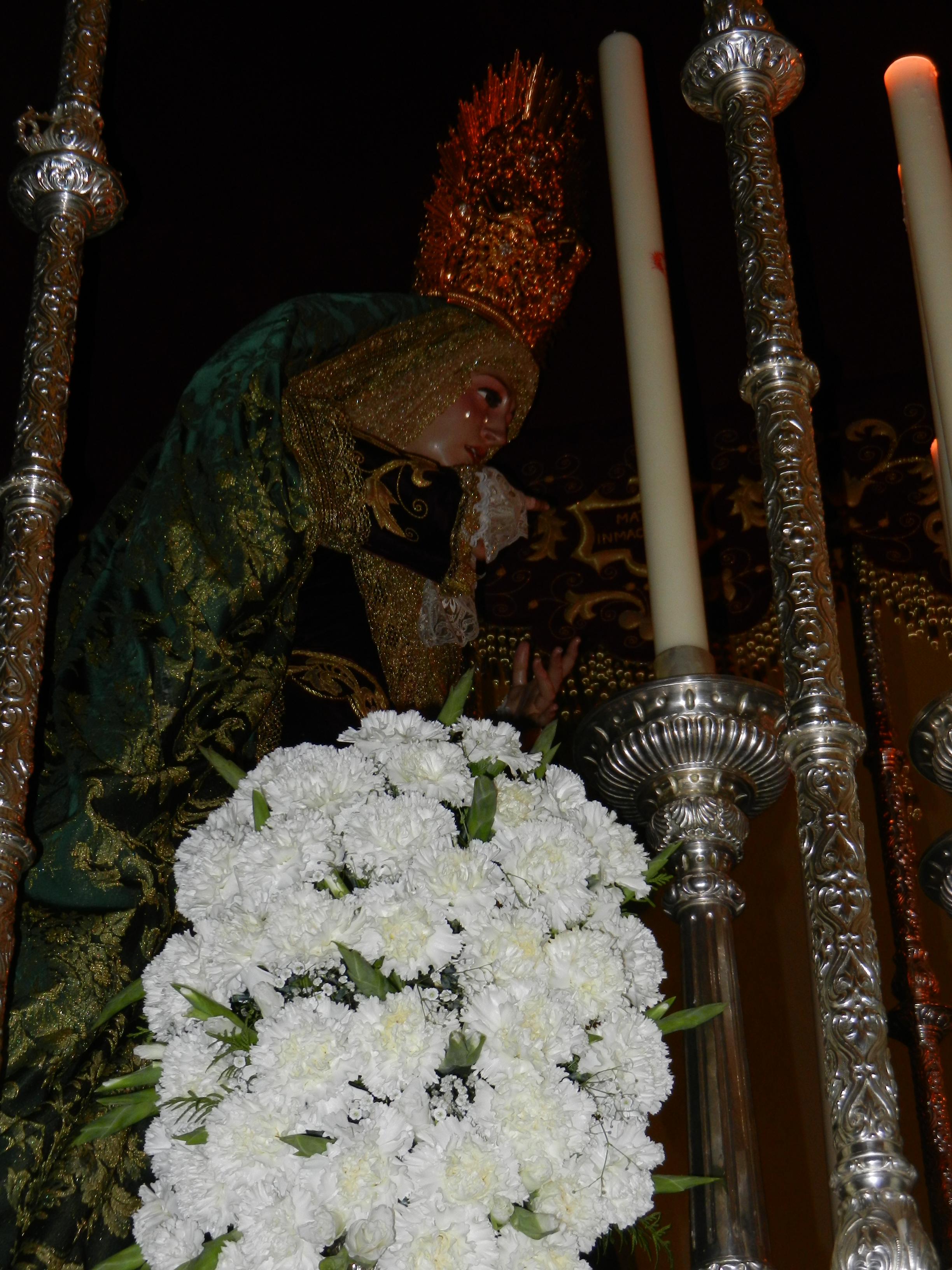 La Virgen de la Esperanza es portada por su cuadrilla de costaleros
