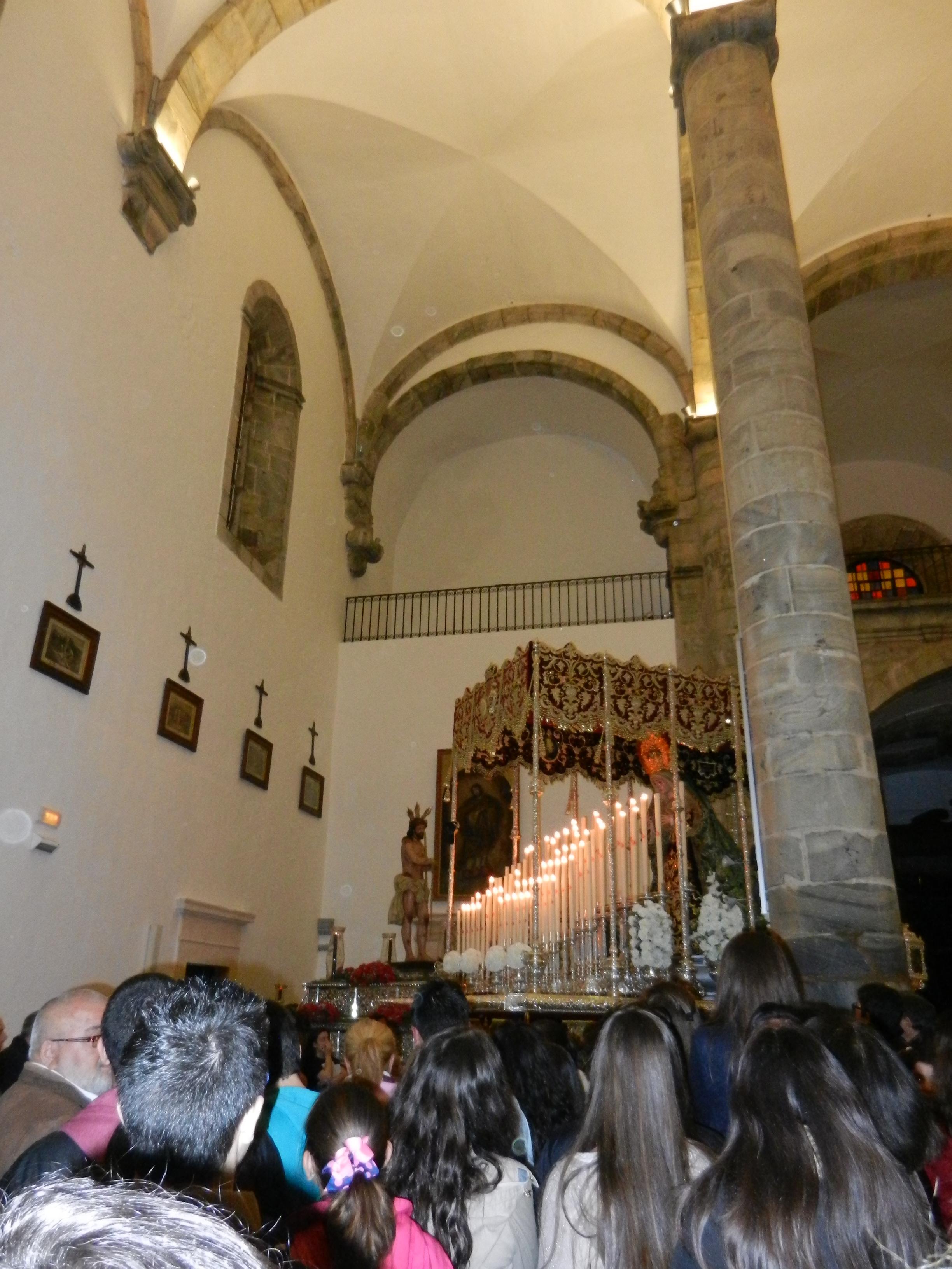 La Virgen de la Esperanza regresa a su lugar en la iglesia