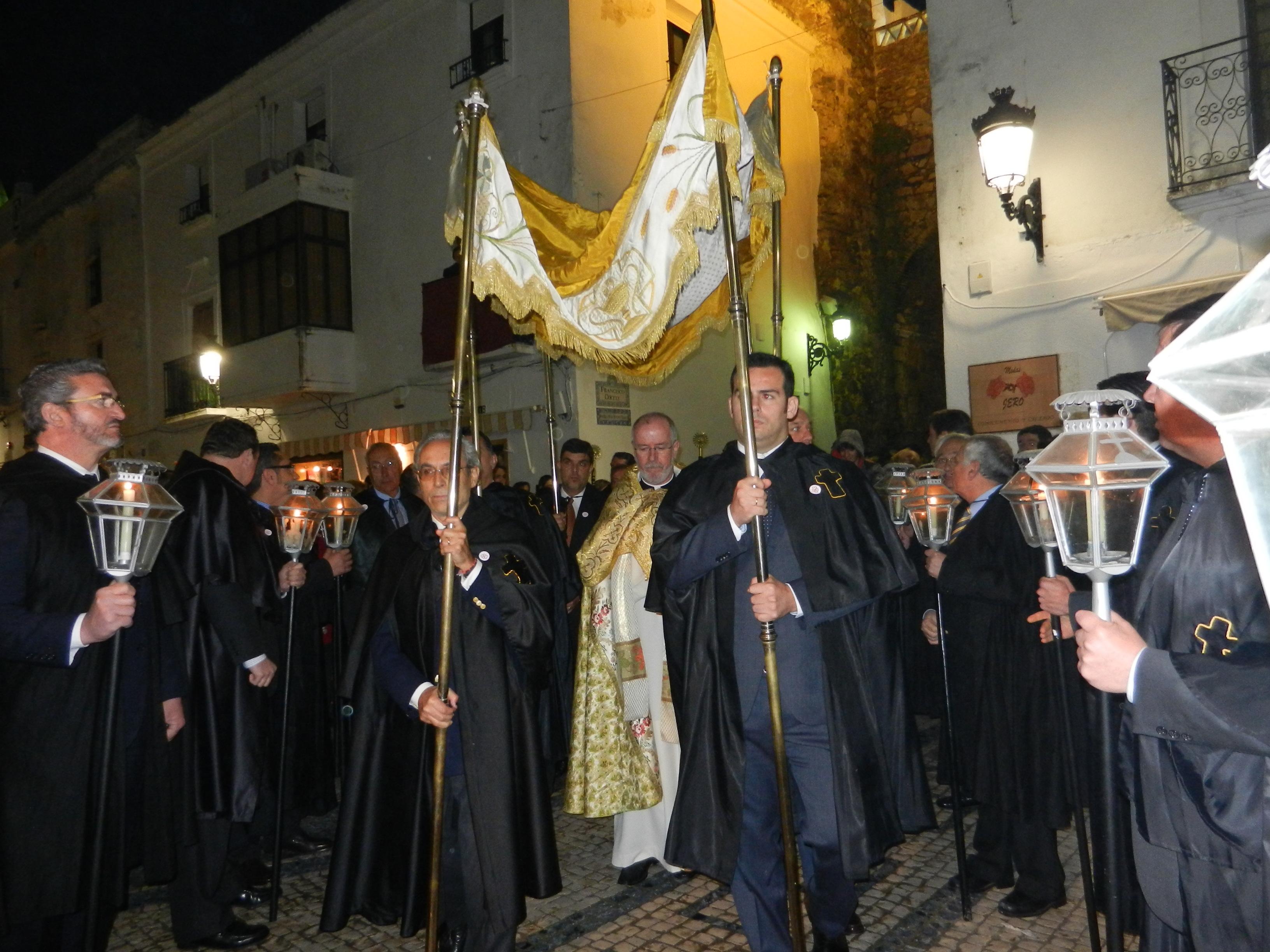 Los Hermanos llegan a la capilla tras la Eucaristía
