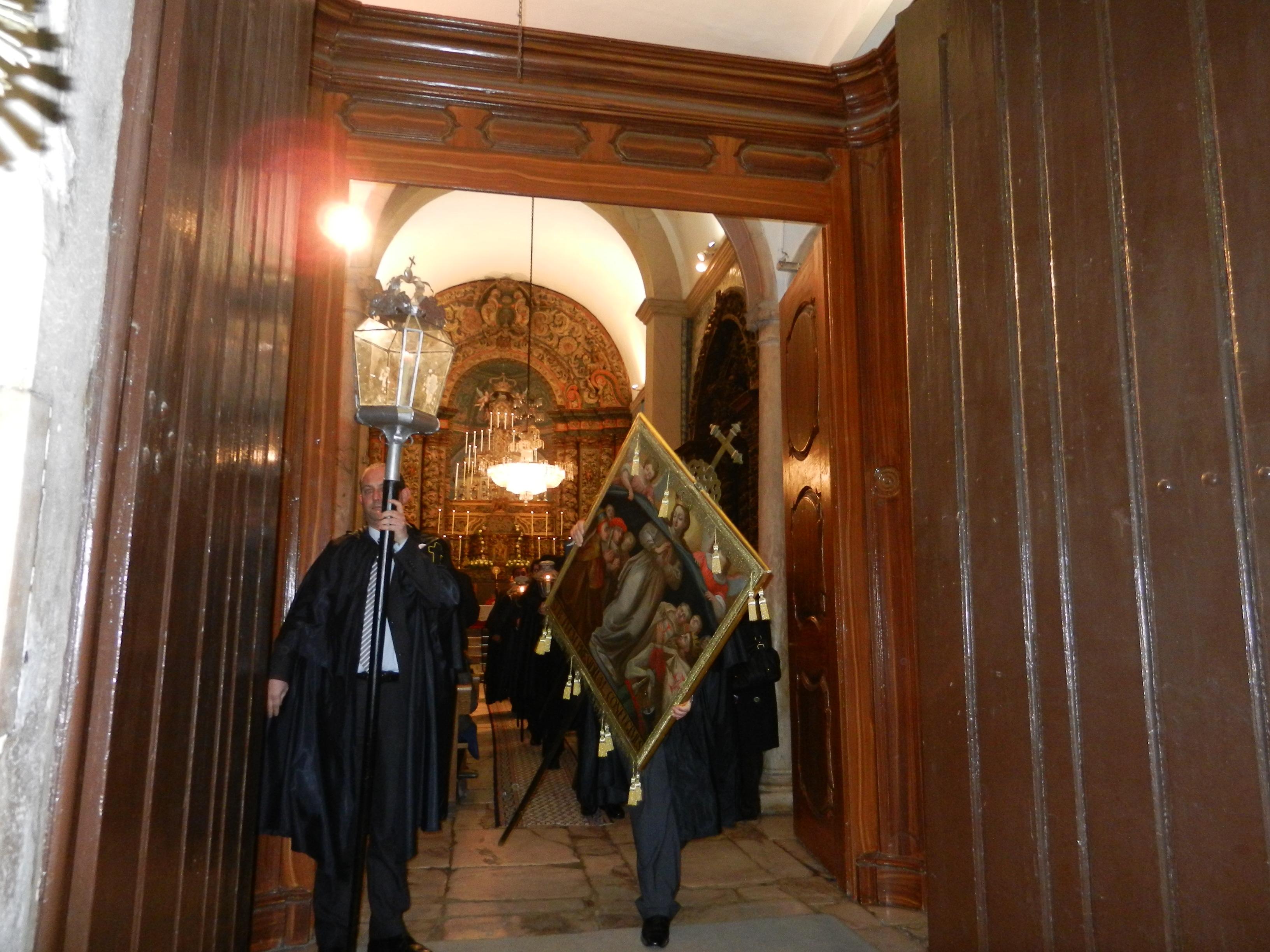 Salida de los cuadros en procesión