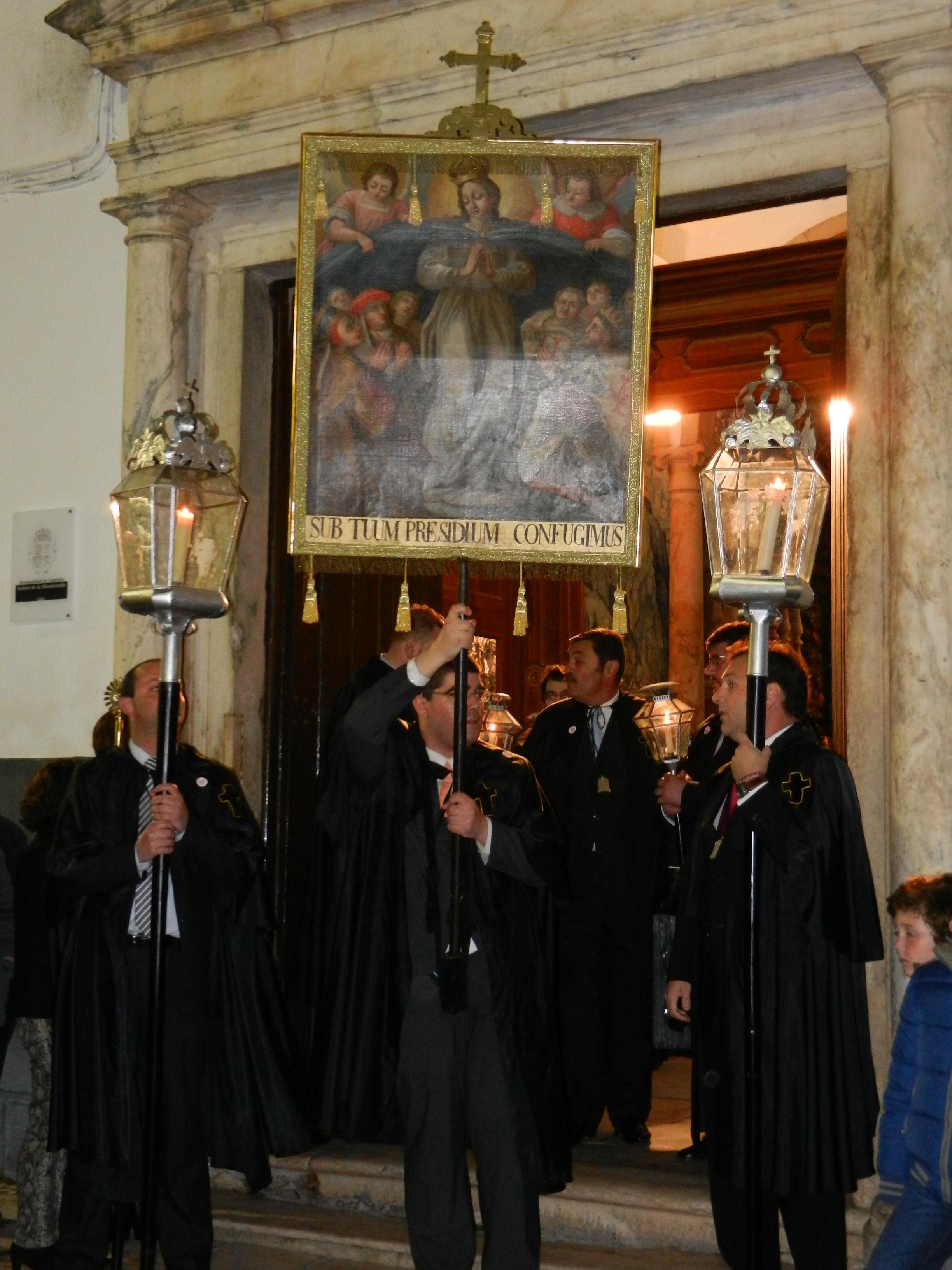 La Hermandad de la Misericordia sale de la capilla