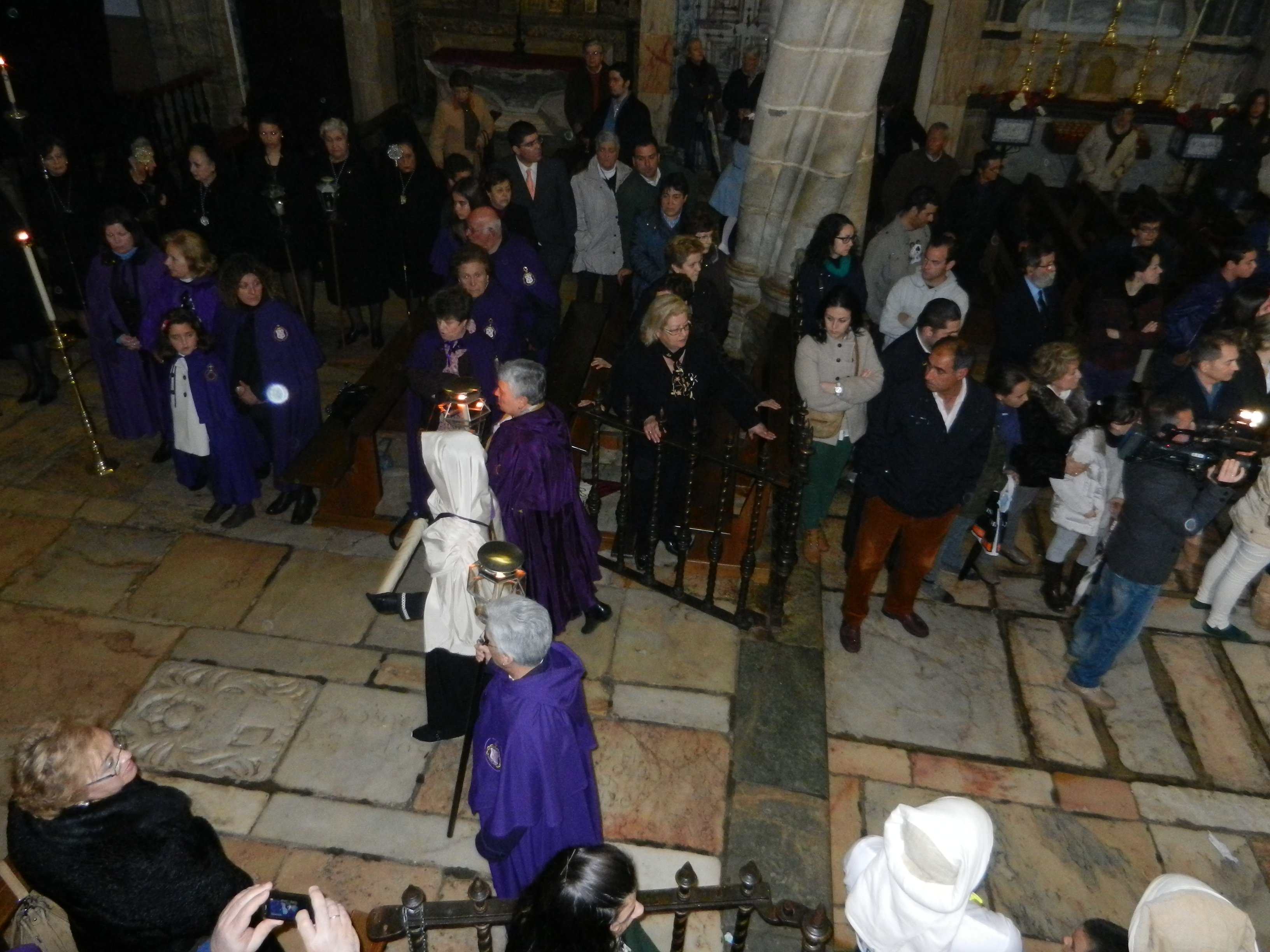 La paderinha se acerca al altar mayor