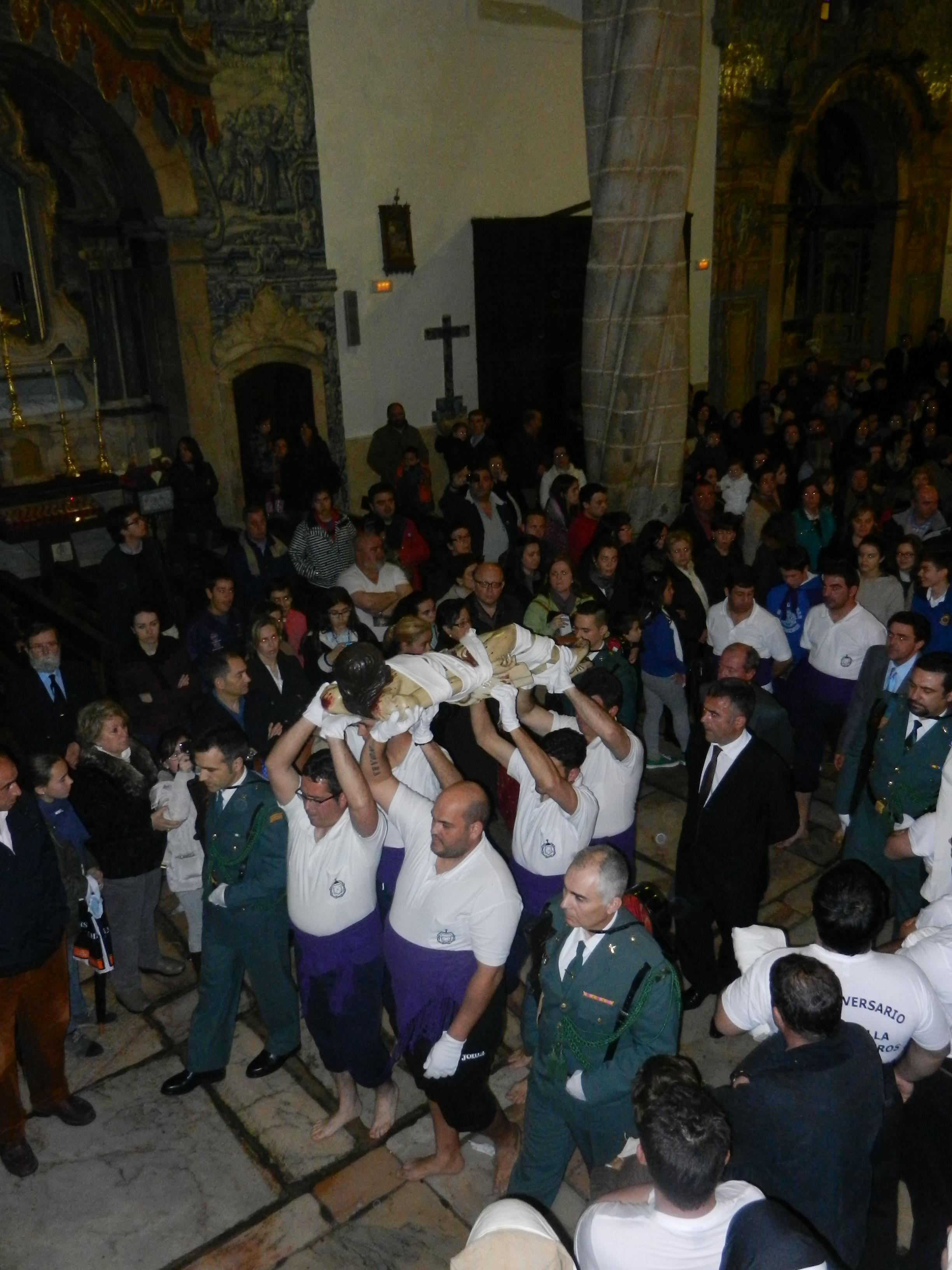 El Cristo Yacente es portado por costaleros y escoltado por la Guardia Civil