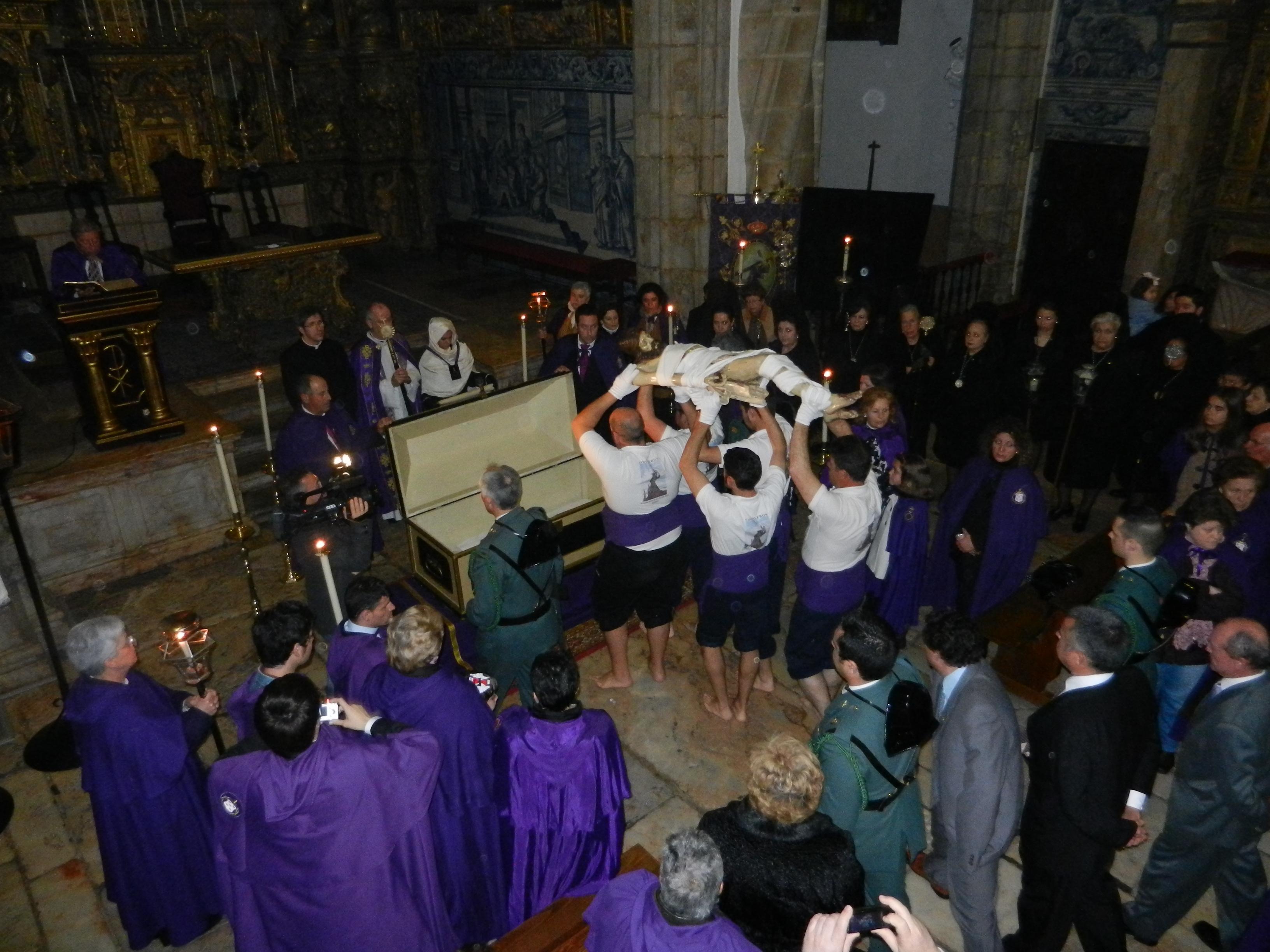 El Cristo es portado por los costaleros