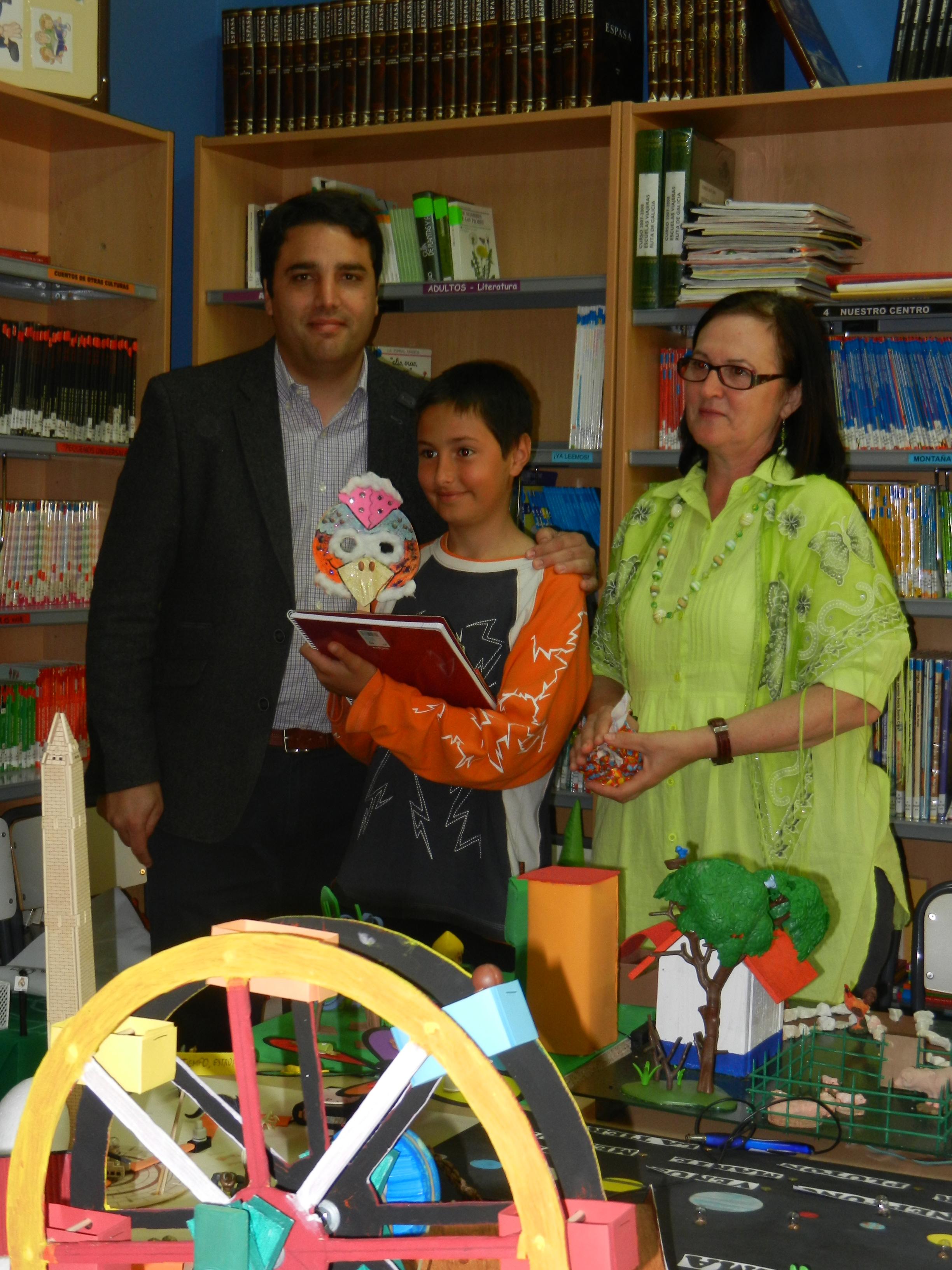 El Alcalde, Bernardino Píriz, junto a la directora, Ana María Anzola, y el ganador del concurso Amiga Gallina