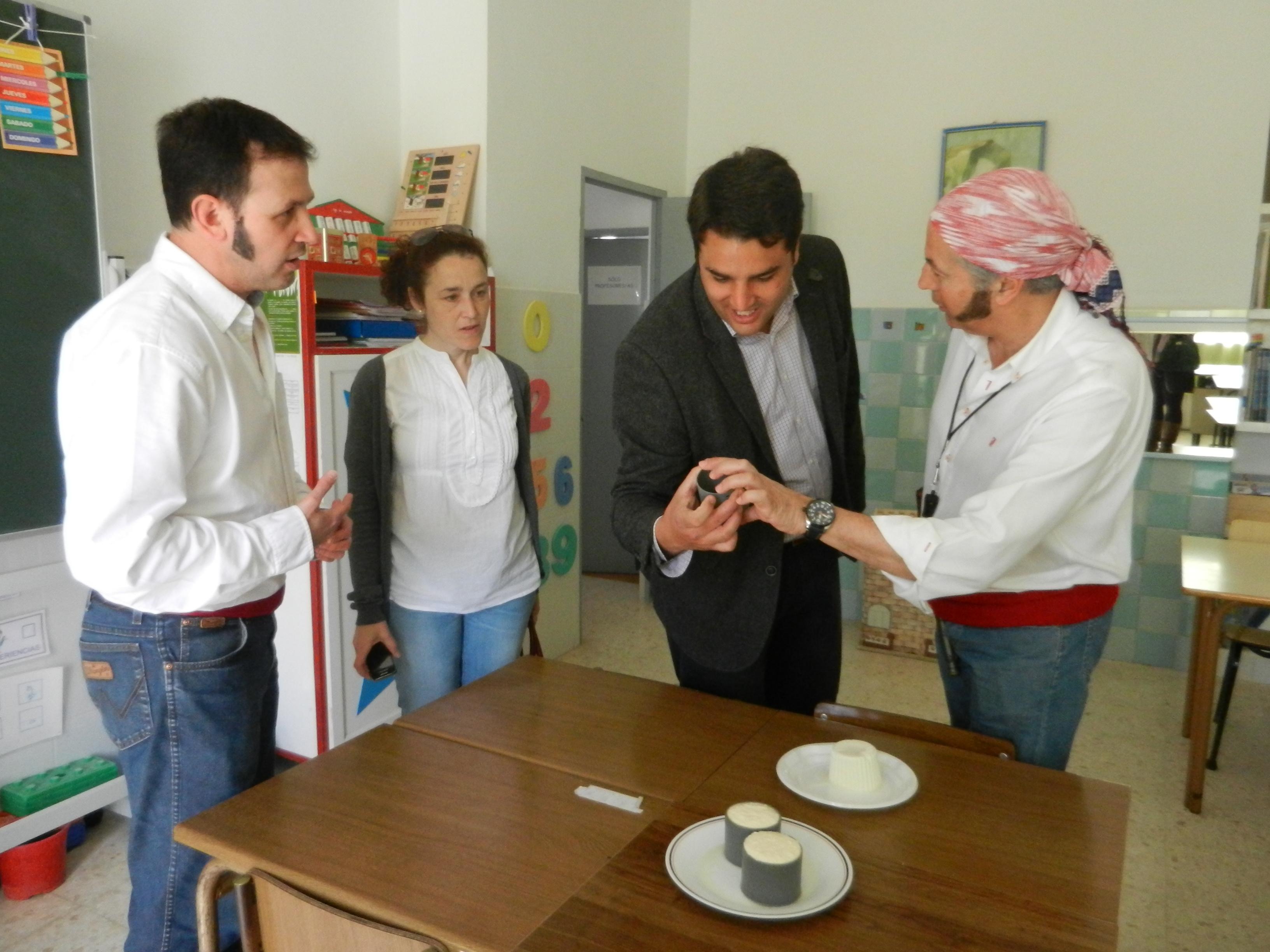 El Alcalde, Bernardino Píriz, visita el colegio en su día de fiesta
