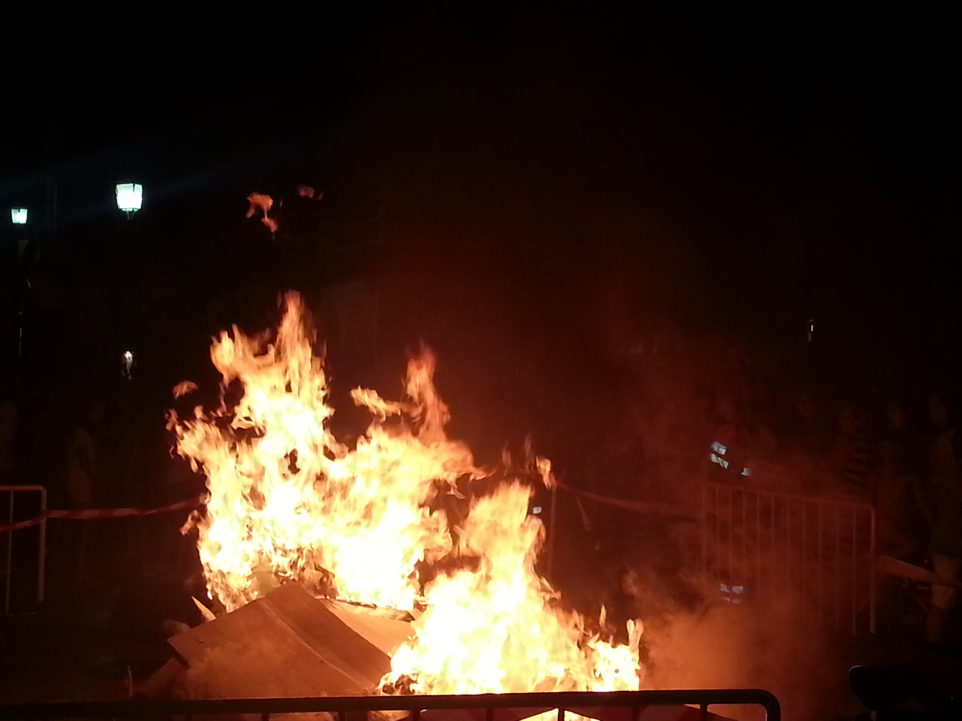Las muñecas de San Juan arden en la hoguera