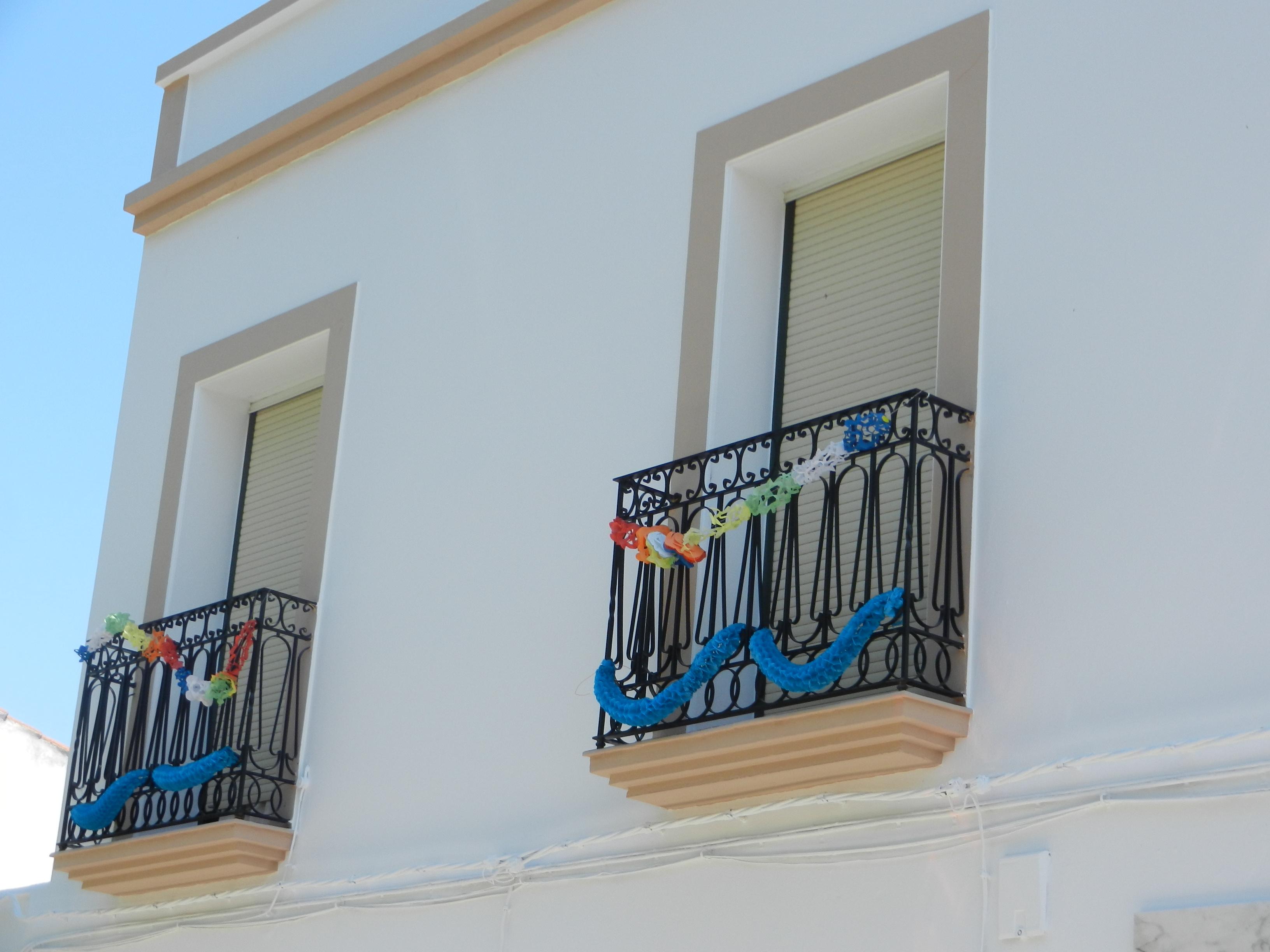 Decoración de balcones para la feria del Sagrado Corazón