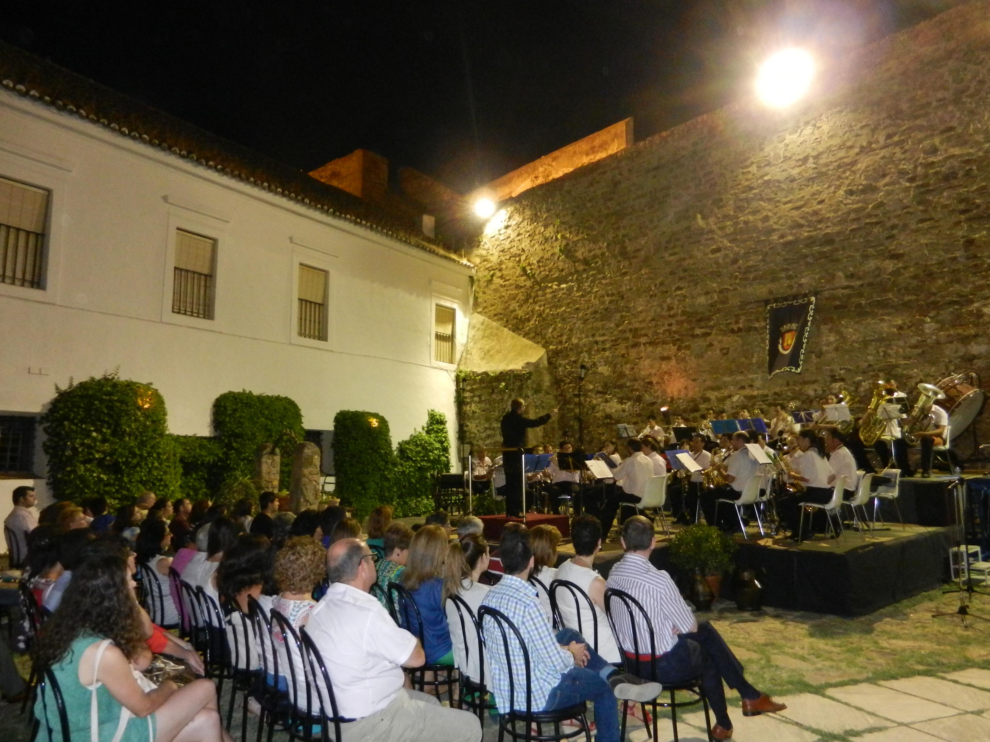 La Filarmónica en el patio de armas del Castillo